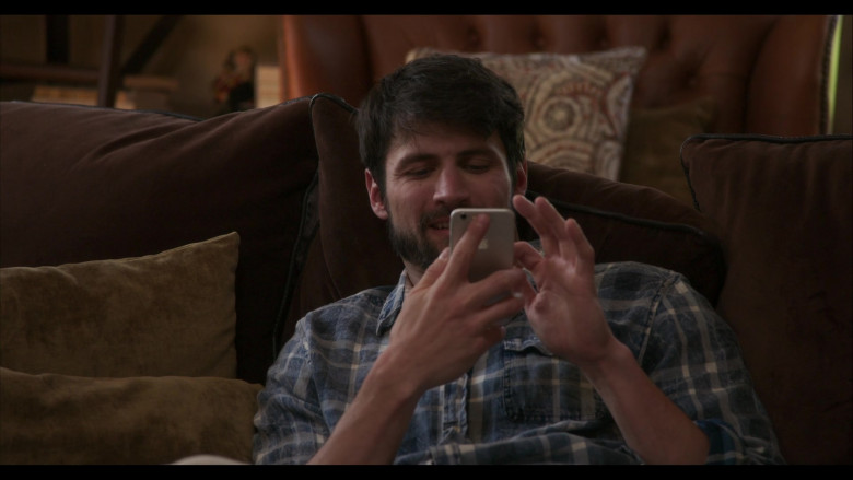 Apple iPhone Smartphone of James Lafferty as Jeremy Davis in Everyone Is Doing Great S01E01 (2)