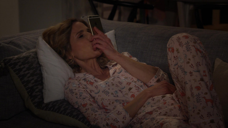 Apple iPhone Smartphone of Kyra Sedgwick as Jean Raines in Call Your Mother S01E01