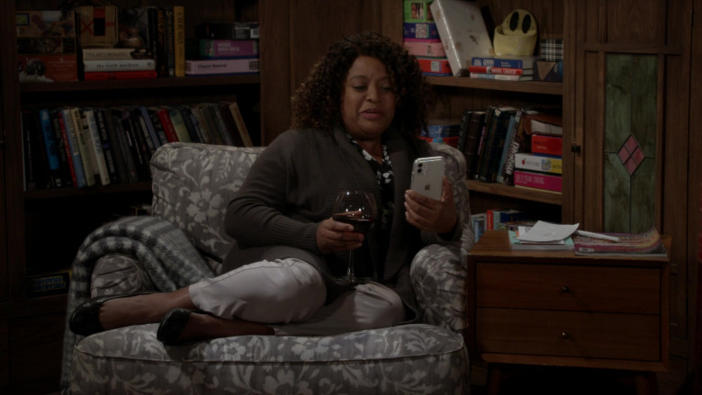 Apple iPhone Smartphone of Sherri Shepherd as Sharon in Call Your Mother S01E02