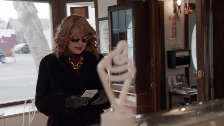 Apple iPhone Smartphone of Susan Sarandon as Lylah in Search Party S04E07