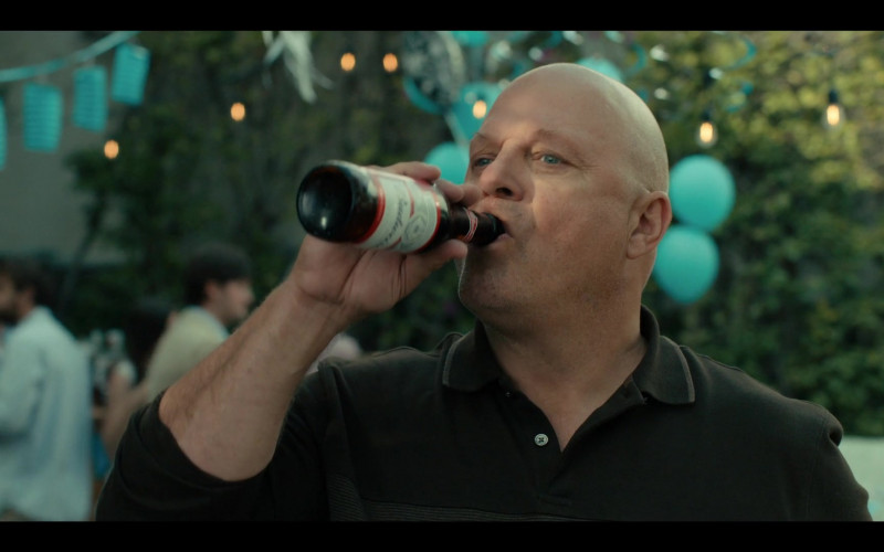 Budweiser Beer Enjoyed by Michael Chiklis as Ben Clemens in Coyote S01E01