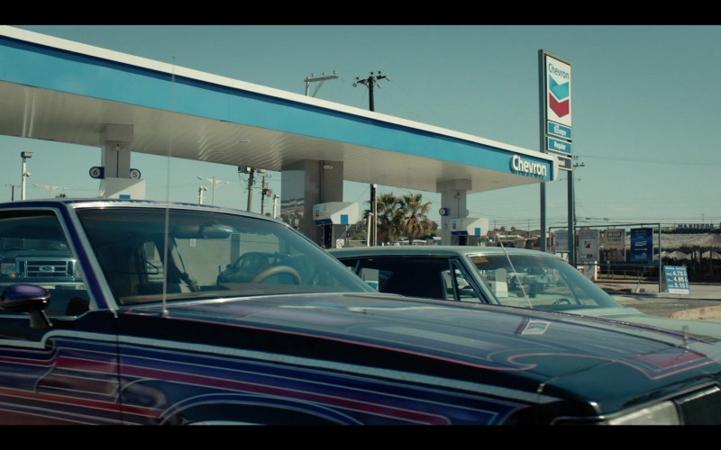 Chevron Gas Station in Coyote S01E04 (1)