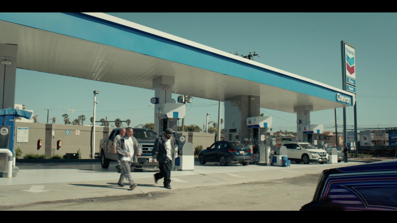 Chevron Gas Station in Coyote S01E04 (2)