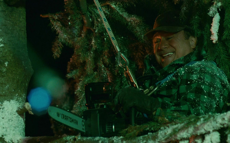 Craftsman Chainsaw of Danny DeVito as Buddy Hall in Deck the Halls (1)