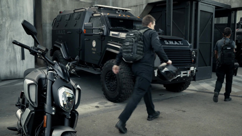 Ducati Motorcycle in S.W.A.T. S04E08 Crusade (2)