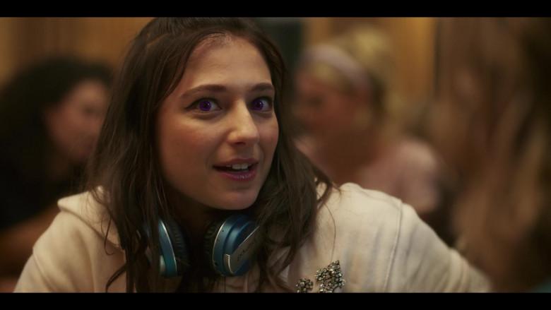 Intempo Headphones of Actress Elisha Applebaum as Musa in Fate The Winx Saga S01E03 (1)