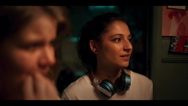 Intempo Headphones of Actress Elisha Applebaum as Musa in Fate The Winx Saga S01E03 (2)