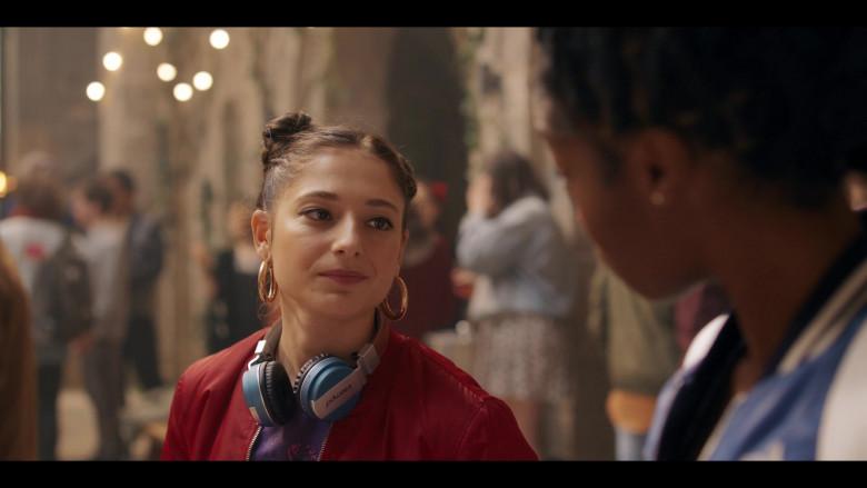 Intempo Headphones of Elisha Applebaum as Musa in Fate The Winx Saga S01E01 (2)