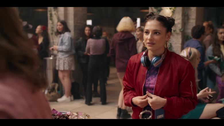 Intempo Headphones of Elisha Applebaum as Musa in Fate The Winx Saga S01E01 (3)