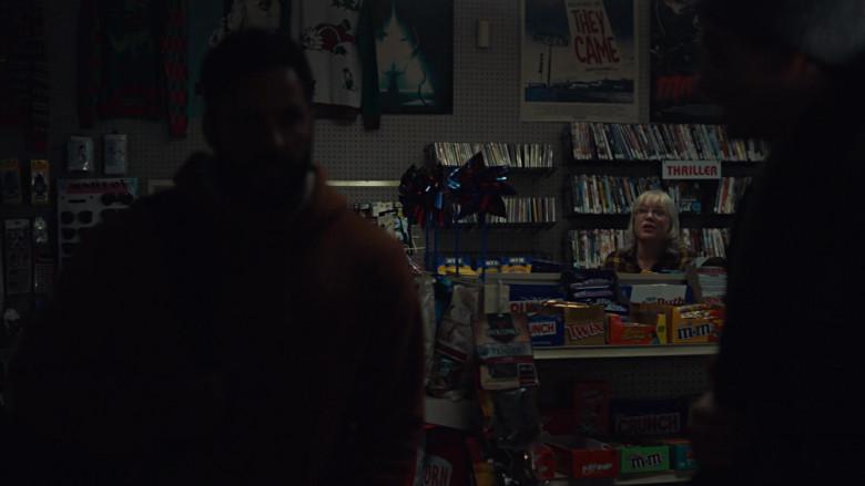 Jack Links, Nestle Crunch Bar, Twix, Reese's, M&M's, Kit Kat Big Kat in American Gods S03E01