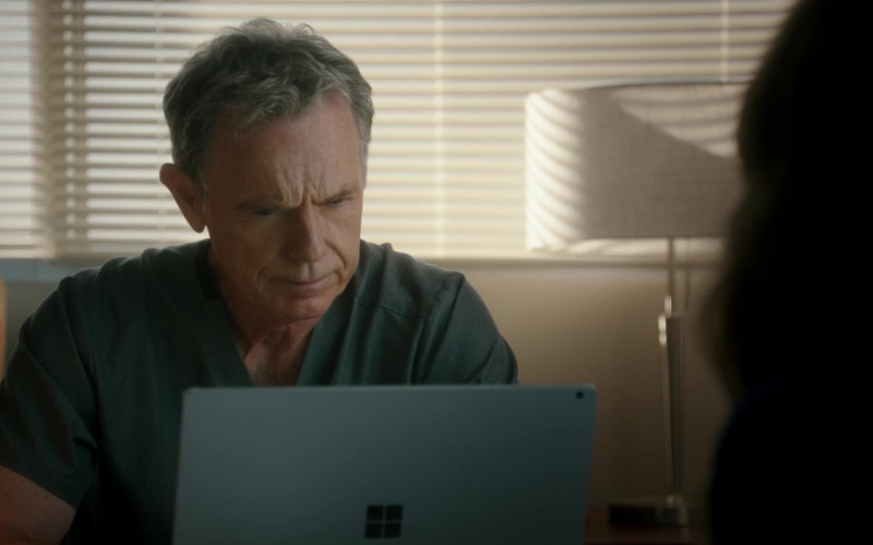 Microsoft Surface Laptop of Bruce Greenwood as Randolph Bell in The Resident S04E02 (1)
