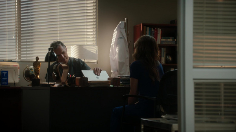 Microsoft Surface Laptop of Bruce Greenwood as Randolph Bell in The Resident S04E02 (2)