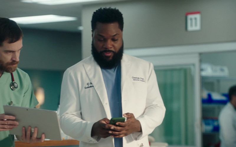 Microsoft Surface Tablets in The Resident S04E01 (1)