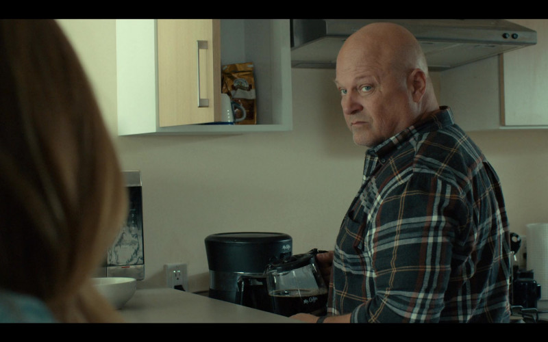 Mr. Coffee Coffee Maker of Michael Chiklis as Ben Clemens in Coyote S01E01