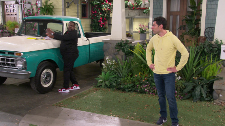 Nike Air Jordan 1 Low Sneakers of Cedric the Entertainer as Calvin Butler in The Neighborhood S03E06 (1)