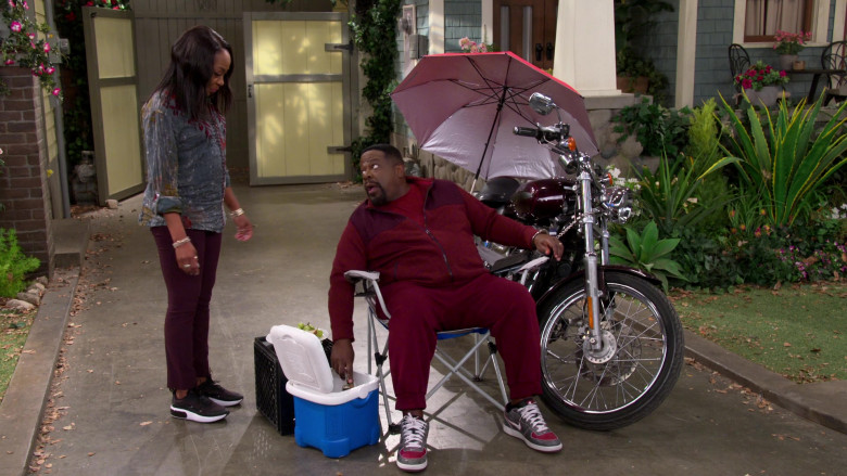 Nike Zoom Air Distressed Grey-Red Sneakers of Cedric the Entertainer as Calvin Butler in The Neighborhood S03E07 (3)