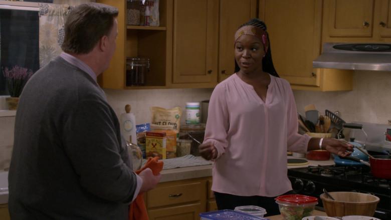 Slap Ya Mama Cajun Fish Fry in Bob Hearts Abishola S02E06 (1)