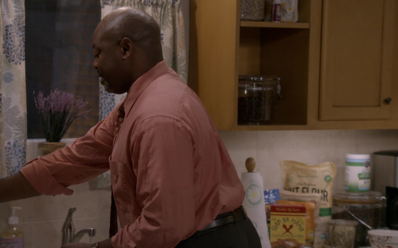 Slap Ya Mama Cajun Fish Fry in Bob Hearts Abishola S02E07 The Wrong Adebambo (2021)