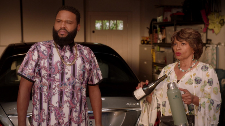 Stanley Classic Legendary Vacuum Insulated Bottle in Black-ish S07E09 black-out (2021)