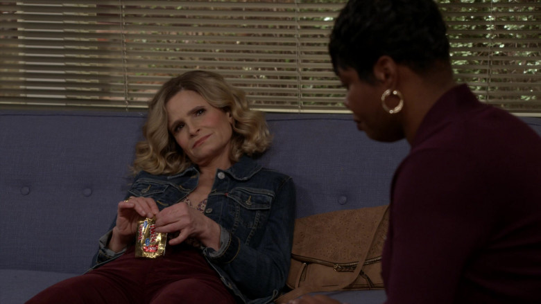 Twix Chocolate Bar Enjoyed by Kyra Sedgwick as Jean Raines in Call Your Mother S01E02