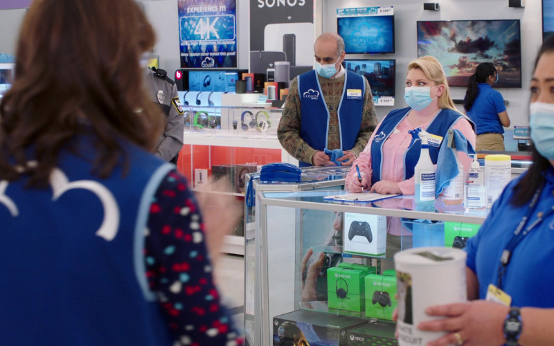 Xbox Controllers, Headsets and other Devices in Superstore S06E06 (1)