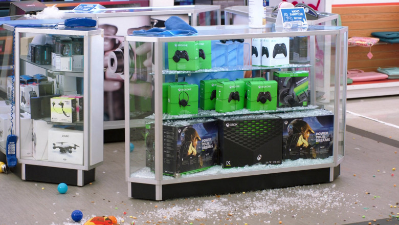 Xbox Controllers, Headsets and other Devices in Superstore S06E06 (2)