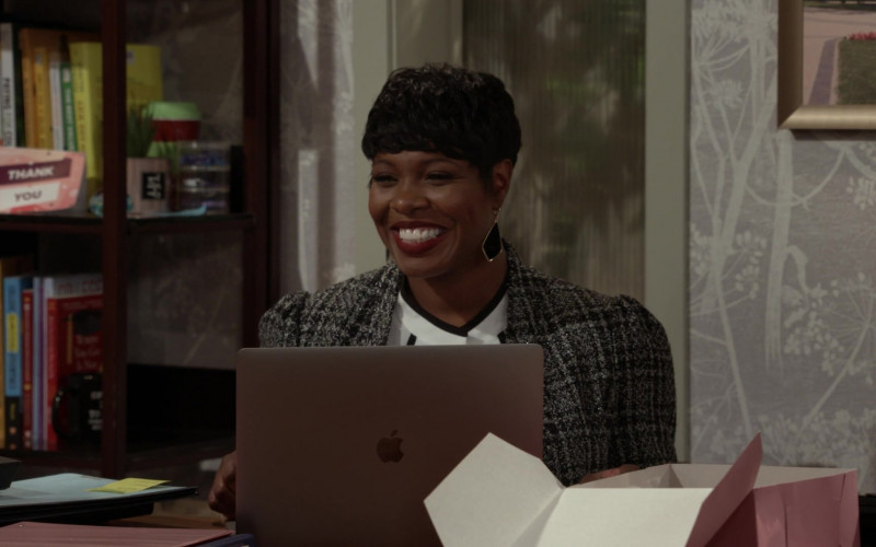 Apple MacBook Laptop Used by Actress in Call Your Mother S01E04 (1)