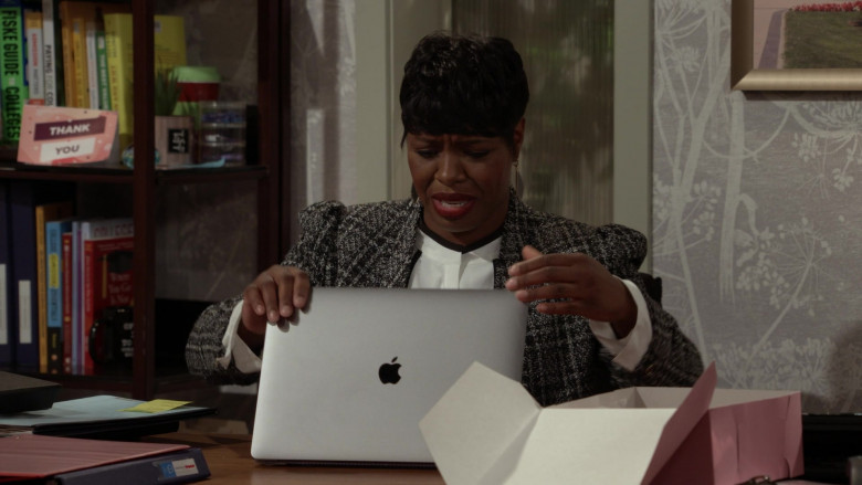 Apple MacBook Laptop Used by Actress in Call Your Mother S01E04 (2)