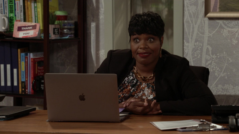 Apple MacBook Laptop Used by Actress in Call Your Mother S01E04 (3)