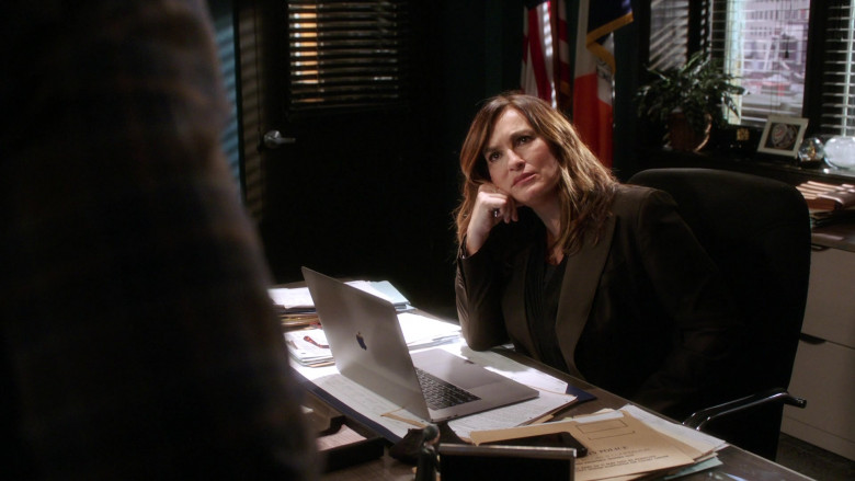 Apple MacBook Laptop Used by Mariska Hargitay as Olivia Benson in Law & Order SVU S22E08 (1)