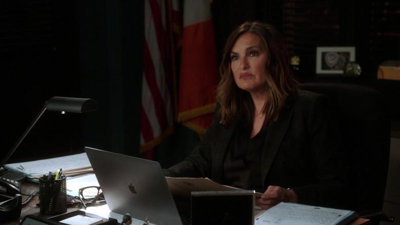 Apple MacBook Laptop Used by Mariska Hargitay as Olivia Benson in Law & Order SVU S22E08 (3)