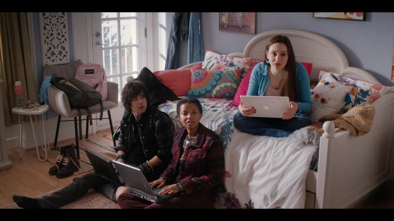 Apple MacBook Laptop and Jansport Backpack of Yael Yurman as Marah in Firefly Lane S01E10
