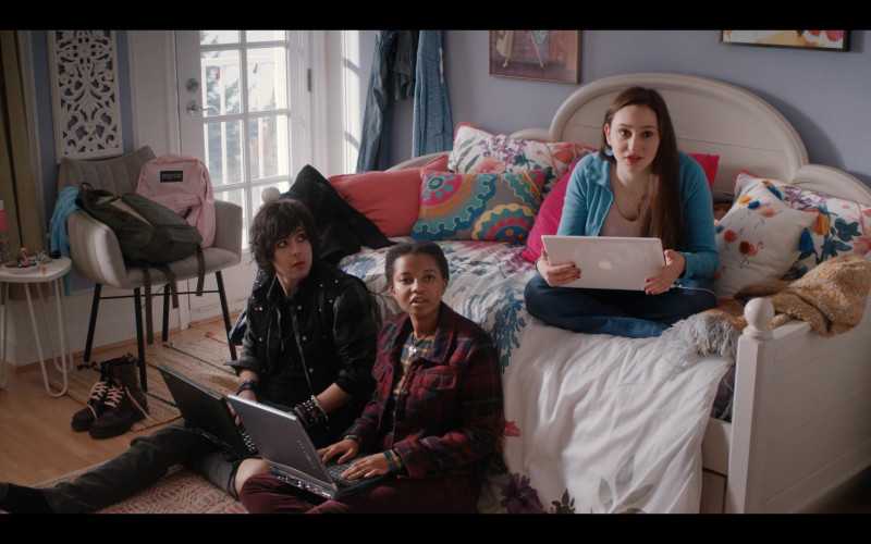 Apple MacBook Laptop and Jansport Backpack of Yael Yurman as Marah in Firefly Lane S01E10