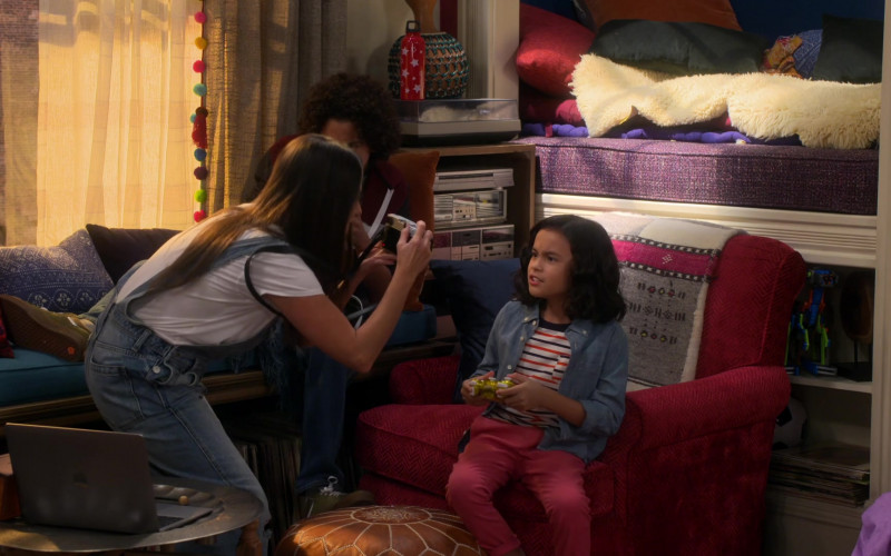 Apple MacBook Laptop in Punky Brewster S01E04 Under the Influence (2)