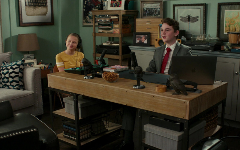 Apple MacBook Laptop of Evan O'Toole as Franklin in American Housewife S05E10 (4)