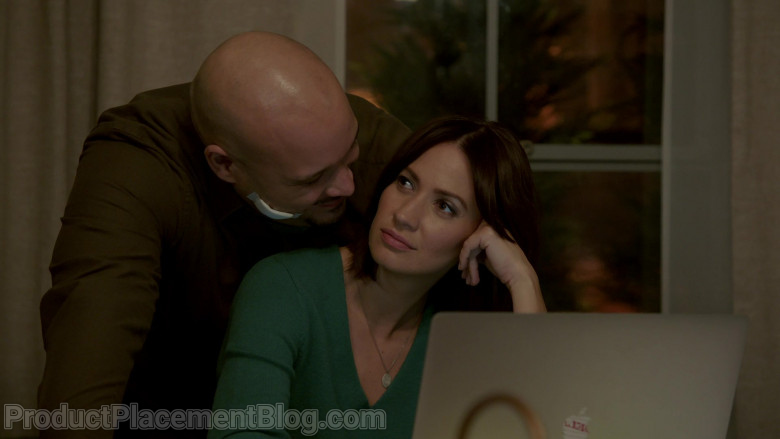 Apple MacBook Laptop of Kristen Gutoskie as Chloe in Chicago Fire S09E07 (3)