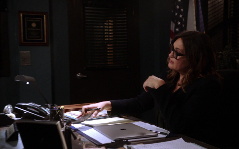 Apple MacBook Laptop of Mariska Hargitay as Olivia Benson in Law & Order SVU S22E07