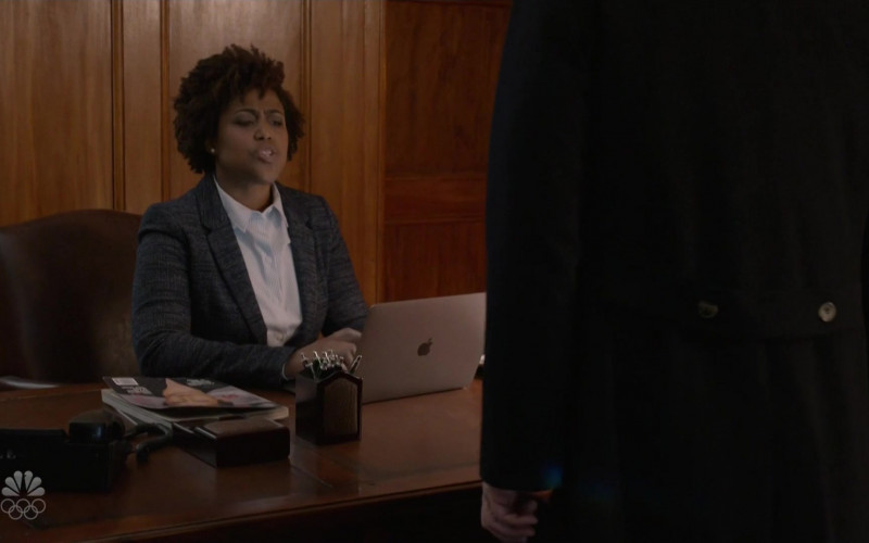 Apple MacBook Laptop of T. Shyvonne Stewart as Receptionist in The Blacklist S08E07 (1)