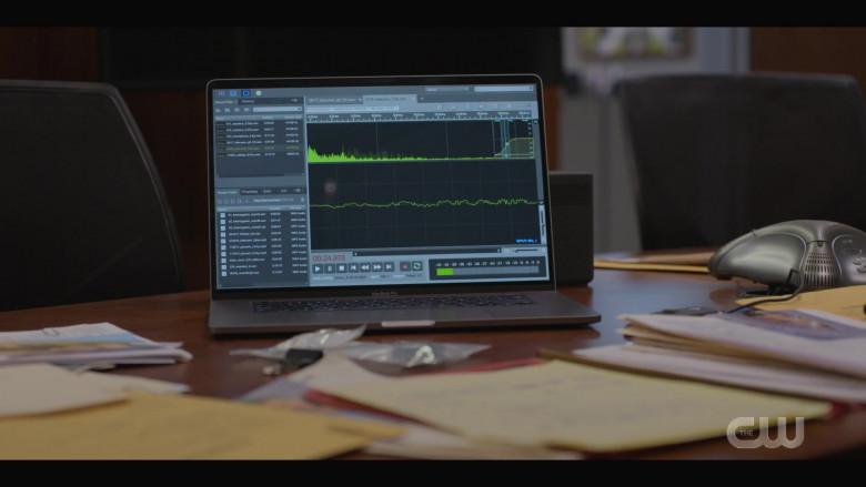 Apple MacBook Pro Laptop in Walker S01E05 (2)