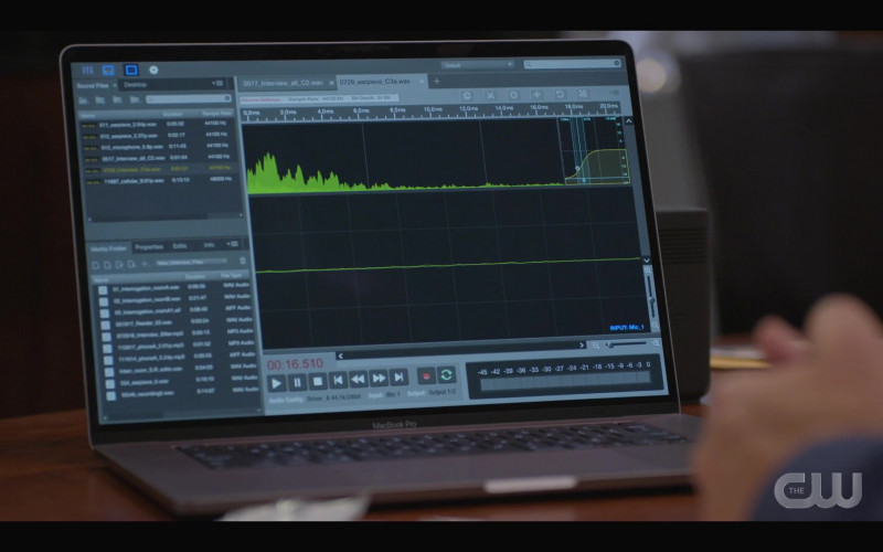 Apple MacBook Pro Laptop in Walker S01E05 (4)