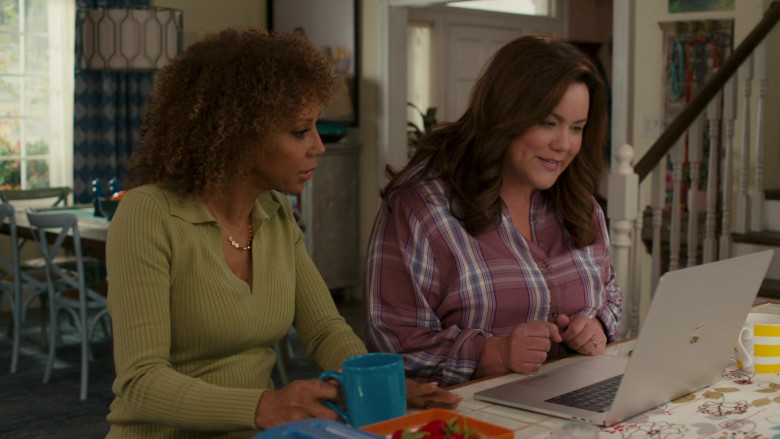 Apple MacBook Pro Laptop of Katy Mixon in American Housewife S05E08 (1)