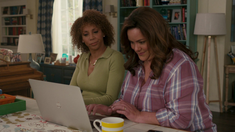Apple MacBook Pro Laptop of Katy Mixon in American Housewife S05E08 (3)