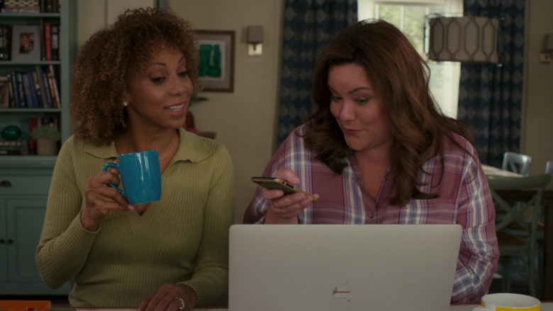 Apple MacBook Pro Laptop of Katy Mixon in American Housewife S05E08 (4)
