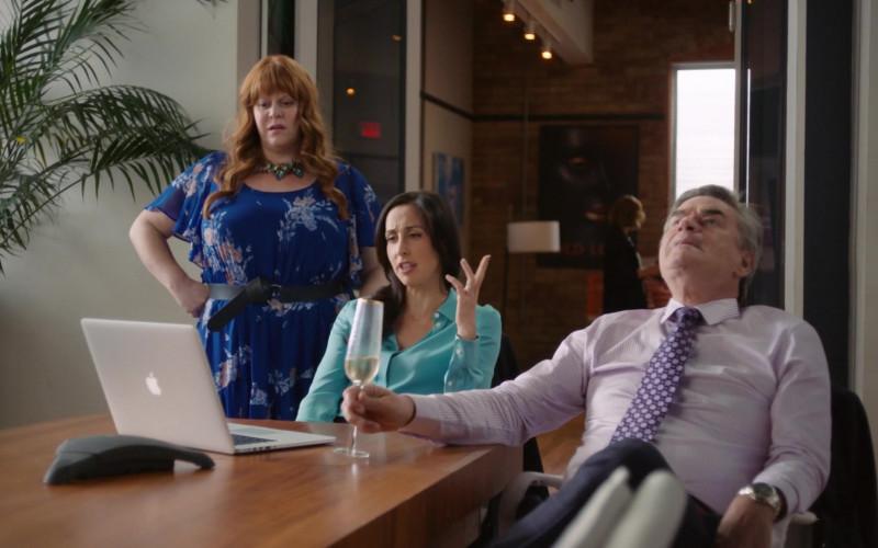 Apple MacBook Pro Laptops in Workin' Moms S05E02 TV Series (1)