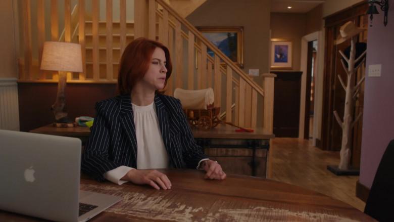 Apple MacBook Pro Laptops in Workin' Moms S05E02 TV Series (2)