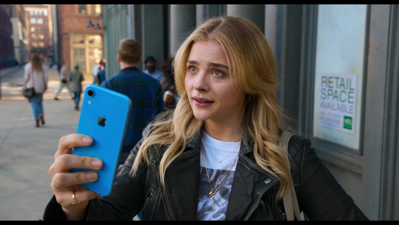 Apple iPhone Smartphone (Blue) of Chloë Grace Moretz as Kayla in Tom and Jerry Movie (3)