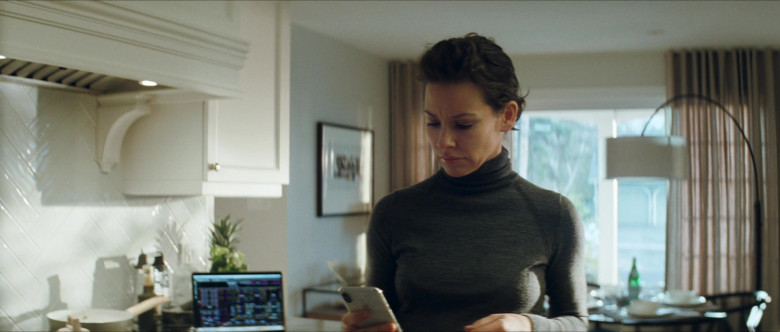 Apple iPhone Smartphone of Evangeline Lilly as Claire Reimann in Crisis (1)