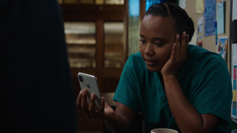 Apple iPhone Smartphone of Faustina Agolley as Edwina Gharam in Harrow S03E03 (1)