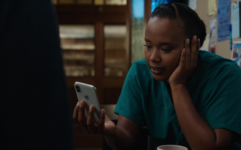 Apple iPhone Smartphone of Faustina Agolley as Edwina Gharam in Harrow S03E03 (1)