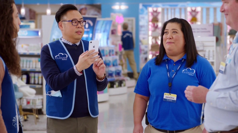 Apple iPhone Smartphone of Nico Santos as Mateo in Superstore S06E08 Ground Rules (1)